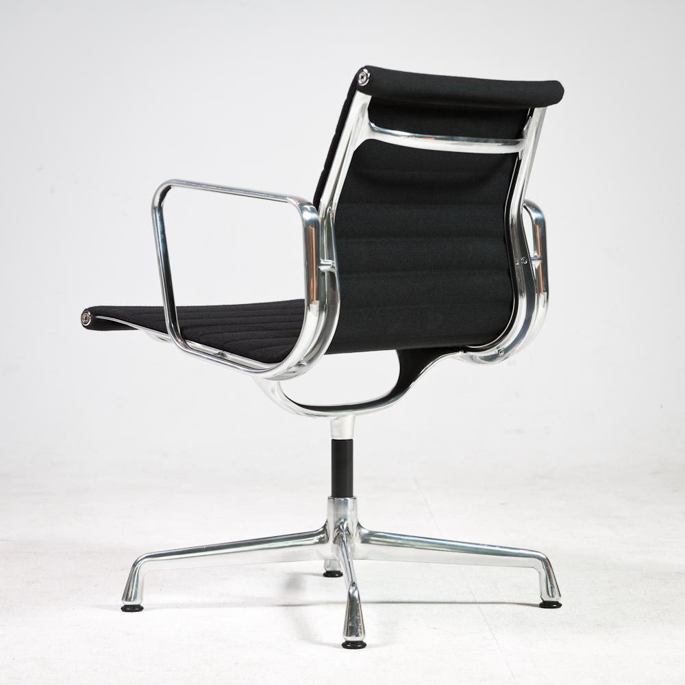 vitra ea108 stoel zwart hopsak bekelding chroom frame. Black Bedroom Furniture Sets. Home Design Ideas